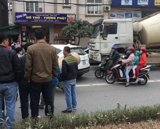 Hà Nội: Tai nạn liên hoàn trên phố, Audi A1 nát đầu - Ảnh 1.
