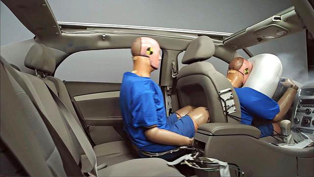 Sắp đến thời điểm phạt tiền nếu người ngồi ghế sau không cài dây an toàn - Ảnh 1.