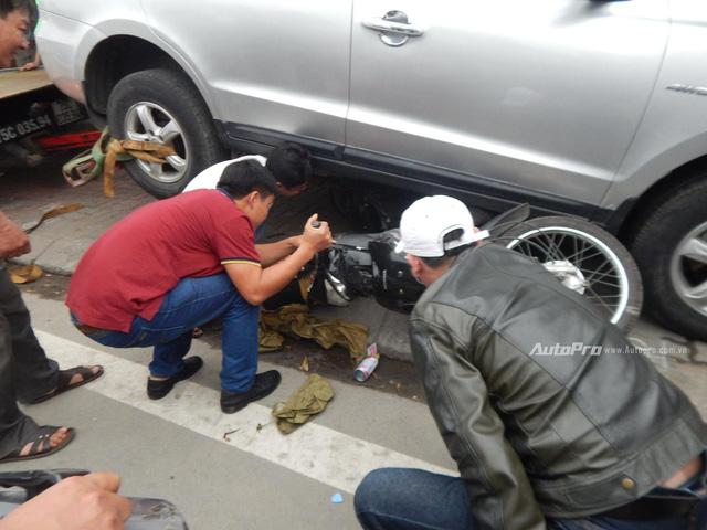Hyundai Santa Fe lao lên vỉa hè, đâm hàng loạt xe máy tại Huế - Ảnh 2.
