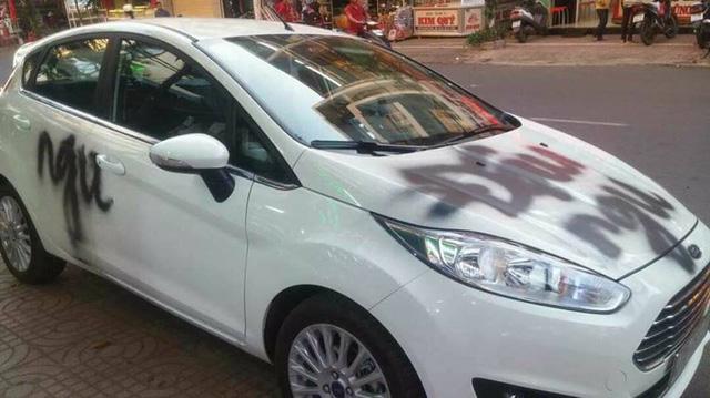 Đắk Lắk: Ford Fiesta bị xịt sơn lên nắp capô vì đỗ chắn cửa - Ảnh 2.