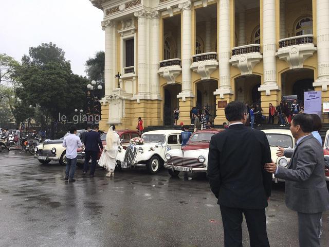 Dàn xe ô tô cổ đón dâu gây chú ý tại Hà Nội - Ảnh 1.