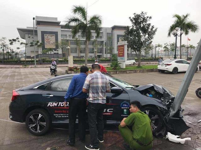 Xe chạy thử Honda Civic Turbo 2017 gặp tai nạn đáng tiếc - Ảnh 1.