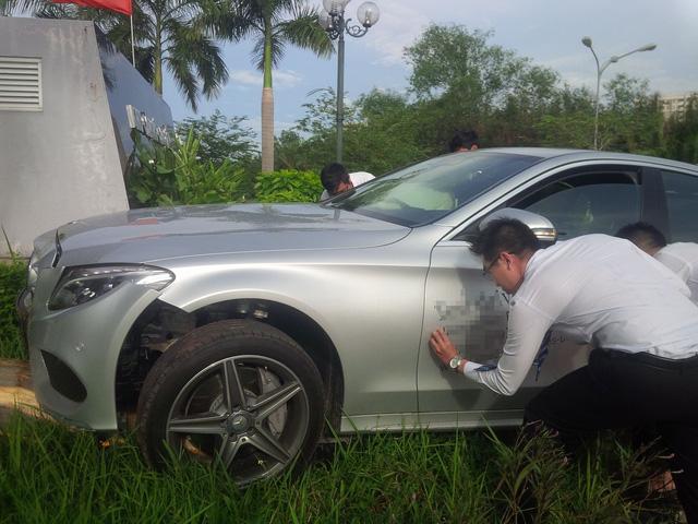 Sài Gòn: Xe chạy thử Mercedes-Benz C300 AMG leo vỉa hè, đâm đổ cây cau - ảnh 1