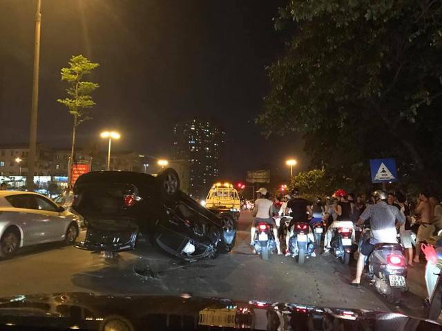 Hà Nội: Nữ tài xế lái Honda Civic đâm xe máy, húc cột điện rồi lật ngửa - Ảnh 1.
