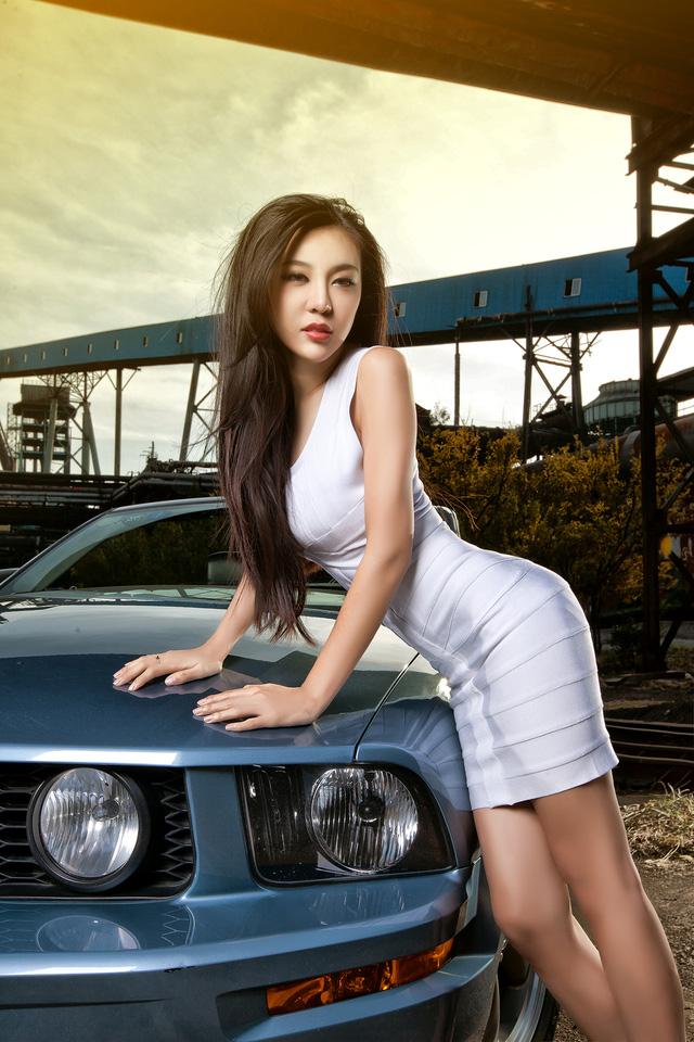 Thiếu nữ lấp ló vòng 1 căng tròn bên Ford Mustang - Ảnh 2.