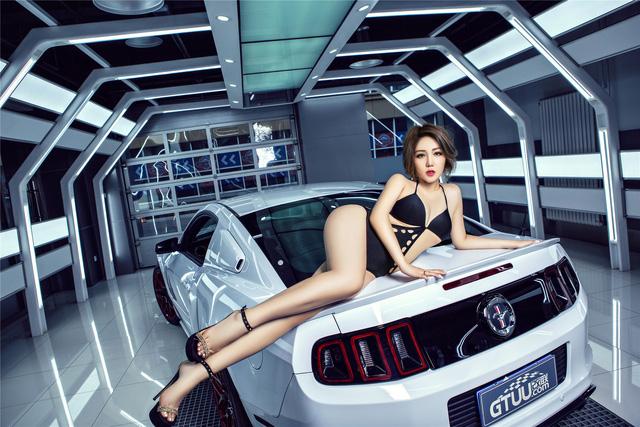 Chân dài nóng bỏng bên Ford Mustang - Ảnh 4.
