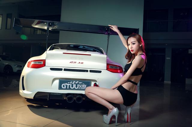 Co nang sexy ben Porsche 911 Carrera 4S