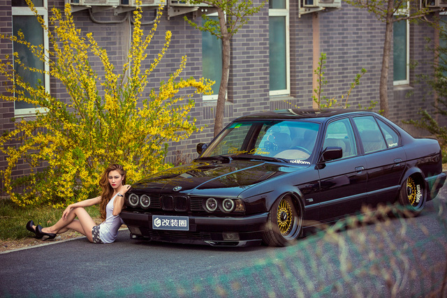 Co nang chan dai eo thon khoe sac ben xe do BMW E34