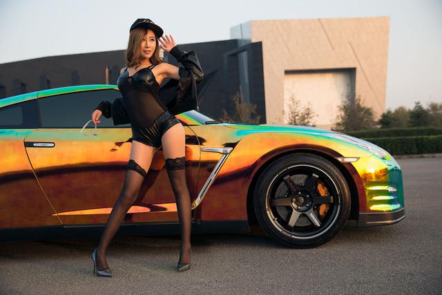 Cô nàng xinh như mộng bên Nissan GT-R - Ảnh 8.