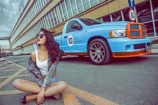 Chân dài eo thon chinh phục bán tải Dodge Ram - Ảnh 4.