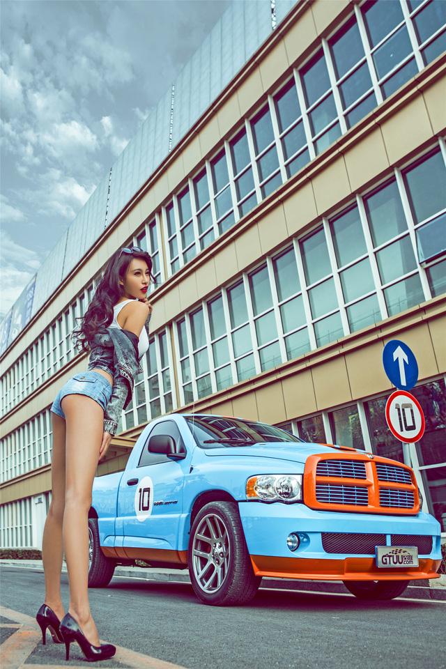 Chân dài eo thon chinh phục bán tải Dodge Ram - Ảnh 5.