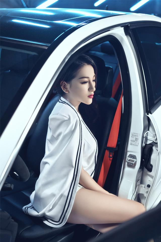 Cô nàng lả lơi bên Mercedes-Benz - Ảnh 4.