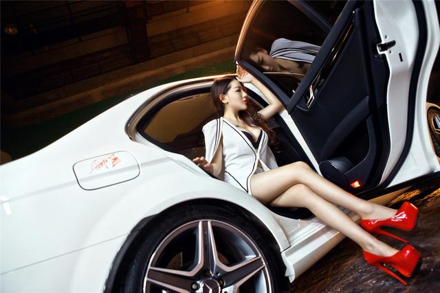 Cô nàng lả lơi bên Mercedes-Benz - Ảnh 3.