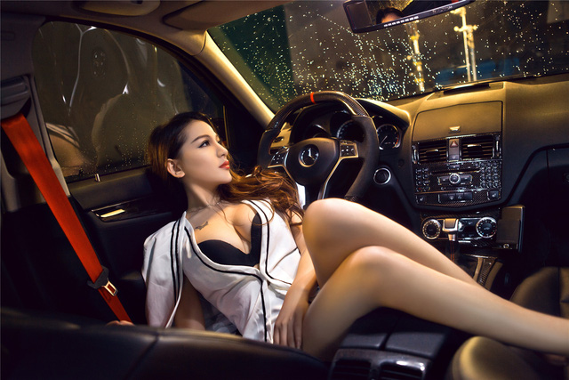 Cô nàng lả lơi bên Mercedes-Benz - Ảnh 2.