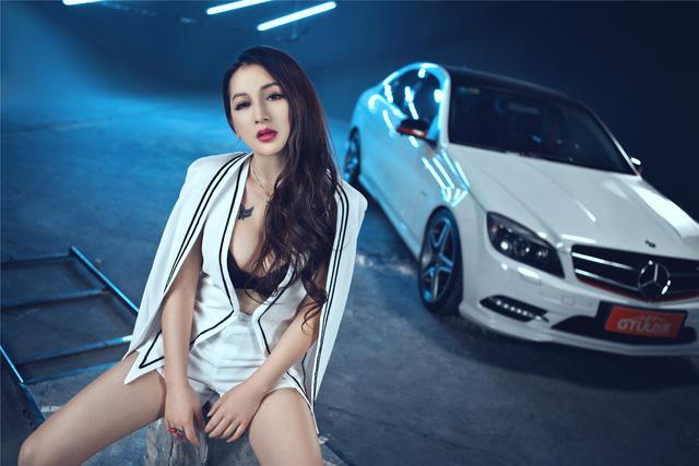 Cô nàng lả lơi bên Mercedes-Benz - Ảnh 1.