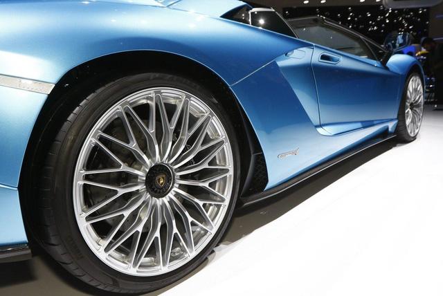 Đây là những hình ảnh nóng hổi về chiếc Lamborghini Aventador S LP740-4 mui trần sắp ra mắt - Ảnh 18.