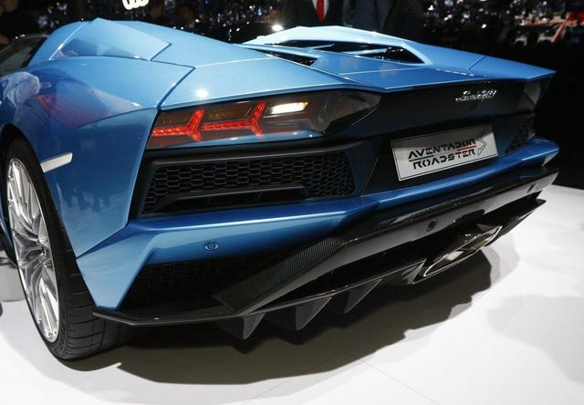 Đây là những hình ảnh nóng hổi về chiếc Lamborghini Aventador S LP740-4 mui trần sắp ra mắt - Ảnh 13.