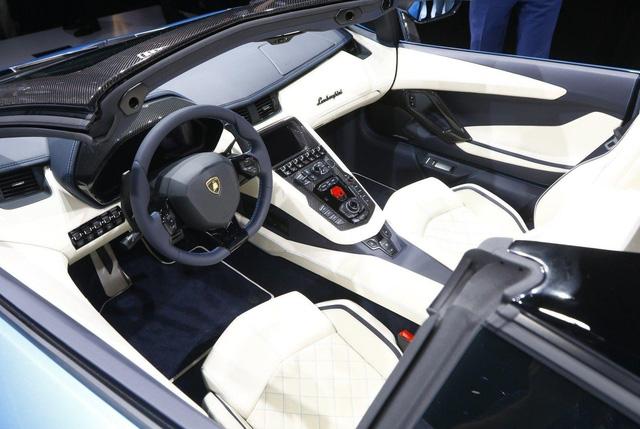Đây là những hình ảnh nóng hổi về chiếc Lamborghini Aventador S LP740-4 mui trần sắp ra mắt - Ảnh 17.