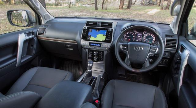 Toyota Land Cruiser Prado VX bị cắt nhiều công nghệ hay khi về Việt Nam - Ảnh 1.
