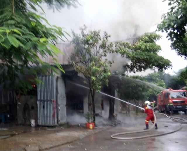 Hà Nội: Cháy lớn tại gara ô tô - Ảnh 1.