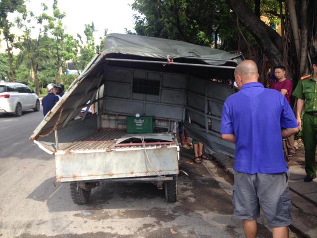 Hà Nội: Va chạm với Nissan X-Trail, xe tải bị lệch thùng hàng, phụ lái văng ra ngoài - Ảnh 3.