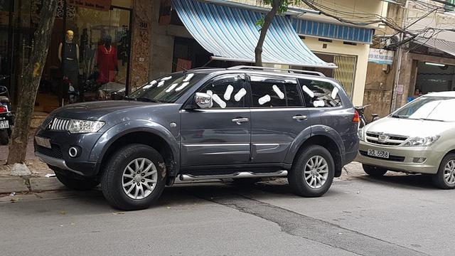 Hà Nội: Mitsubishi Pajero Sport đỗ bên lề đường bị dán đầy băng vệ sinh lên kính - Ảnh 1.