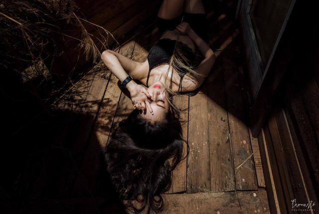 Thiếu nữ Đà Thành khoe dáng bên xế cổ mục nát - Ảnh 9.