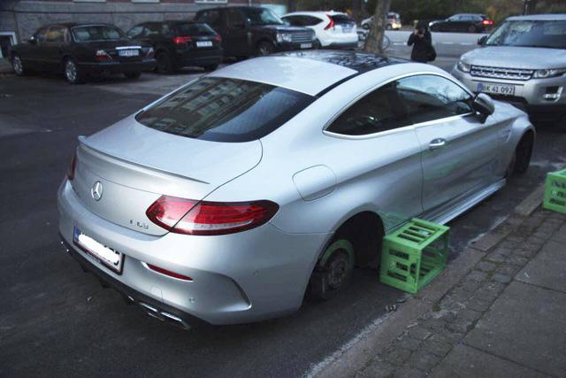 Mercedes-AMG C63S Coupe bị trộm cả 4 bánh xe khi đỗ trên phố - Ảnh 5.