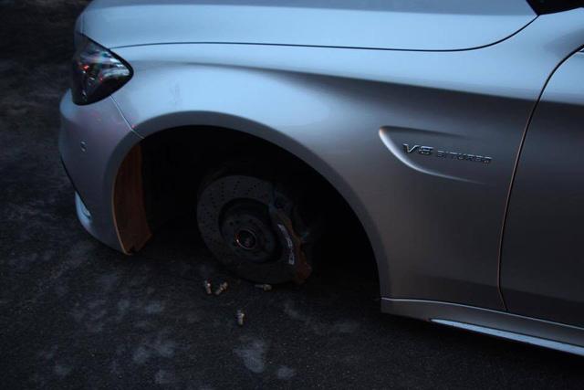 Mercedes-AMG C63S Coupe bị trộm cả 4 bánh xe khi đỗ trên phố - Ảnh 2.