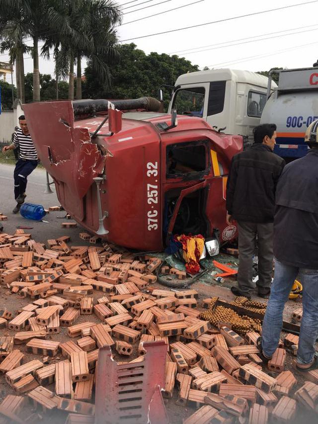 Hà Nam: Xe container rơi đầu ra ngoài sau va chạm với xe tải chở gạch - Ảnh 1.
