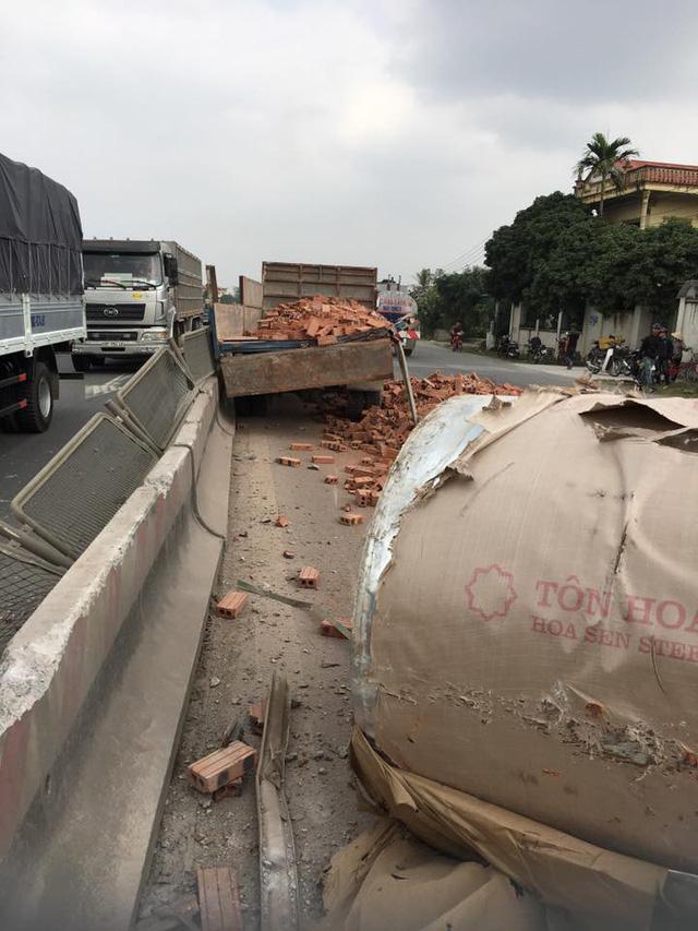Hà Nam: Xe container rơi đầu ra ngoài sau va chạm với xe tải chở gạch - Ảnh 2.