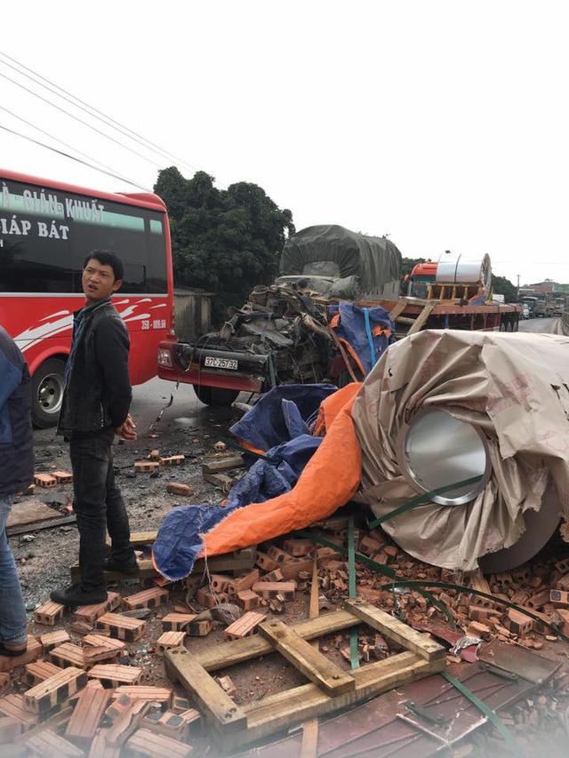 Hà Nam: Xe container rơi đầu ra ngoài sau va chạm với xe tải chở gạch - Ảnh 3.