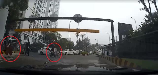 Video cô gái đang lái xe máy leo dốc bỗng tạt đầu ô tô khiến cư dân mạng tranh cãi - Ảnh 5.
