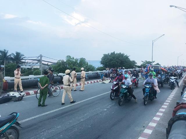Tai nạn liên tiếp ở cầu Bình Phước, 3 người thương vong - Ảnh 1.