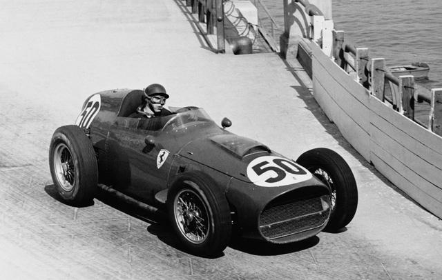 Tháng 5/1959, tay đua Tony Brooks điều khiển chiếc Ferrari Dino mang số 50 trên đường đua Grand Prix tại Monaco