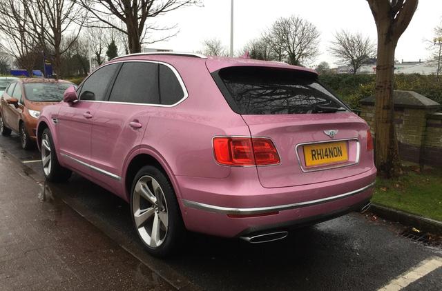 SUV siêu sang Bentley Bentayga bị bắt gặp trong bộ cánh hồng nữ tính - Ảnh 3.