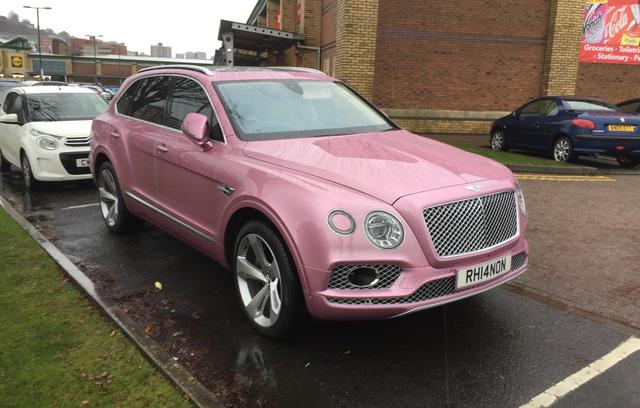 SUV siêu sang Bentley Bentayga bị bắt gặp trong bộ cánh hồng nữ tính - Ảnh 5.