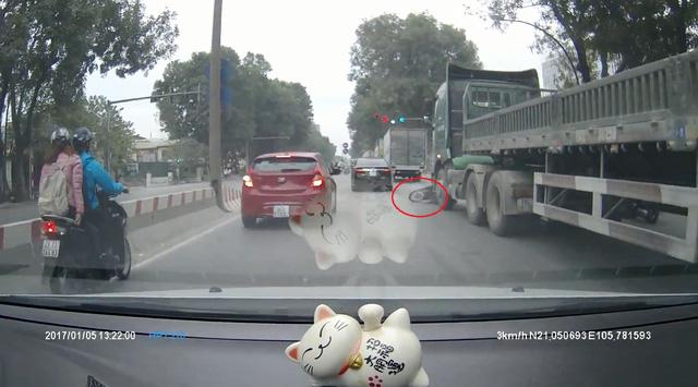 Rùng mình với video cô gái đi xe máy bị xe container cuốn vào gầm tại Hà Nội - Ảnh 2.