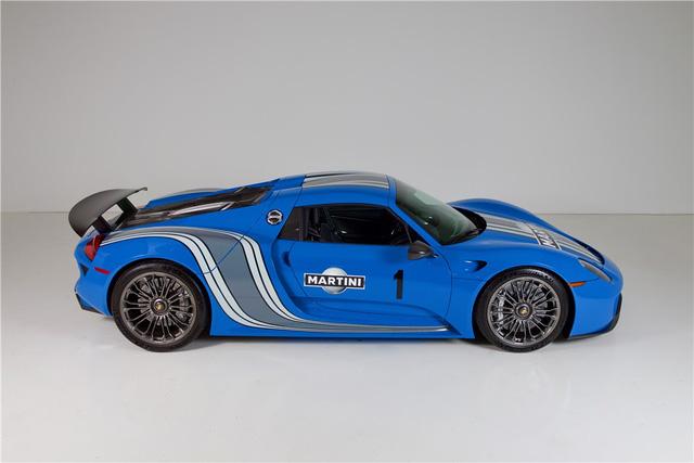 Porsche 918 Spyder đầu tiên trên thế giới mang bộ áo Voodoo Blue chuẩn bị được cho lên sàn - Ảnh 1.