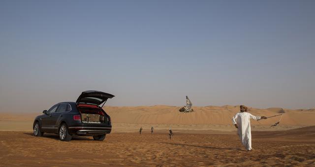 Nhà giàu Trung Đông mua hẳn Bentley Bentayga phiên bản giới hạn phục vụ thú... chơi chim - Ảnh 13.