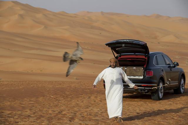 Nhà giàu Trung Đông mua hẳn Bentley Bentayga phiên bản giới hạn phục vụ thú... chơi chim - Ảnh 11.