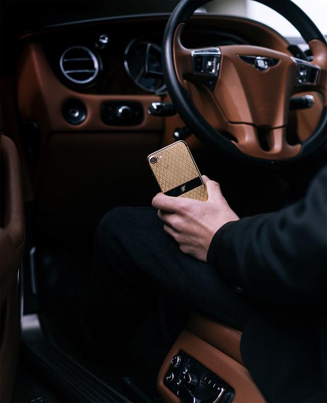 Bộ sưu tập điện thoại chất nghệ cho quý ông đi xe sang - Ảnh 3.