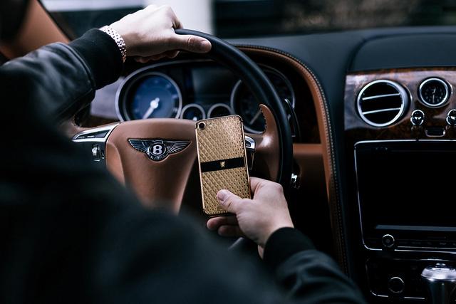 Bộ sưu tập điện thoại chất nghệ cho quý ông đi xe sang - Ảnh 1.