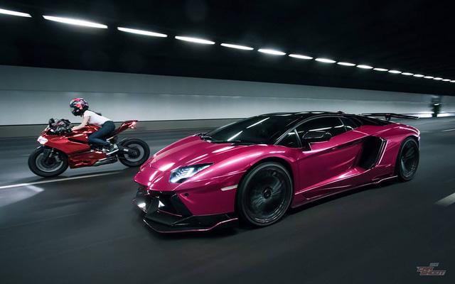 Mỹ nữ lái Ducati 899 Panigale thách đấu Lamborghini Aventador - Ảnh 1.