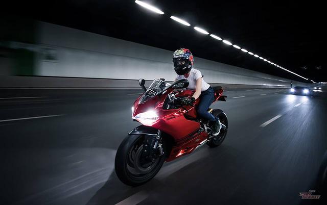 Mỹ nữ lái Ducati 899 Panigale thách đấu Lamborghini Aventador - Ảnh 7.