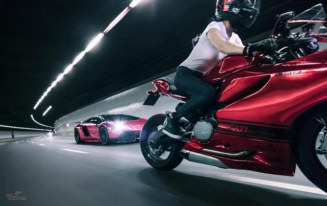Mỹ nữ lái Ducati 899 Panigale thách đấu Lamborghini Aventador - Ảnh 2.