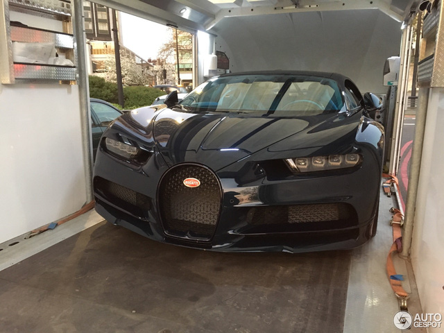 Vẻ đẹp của siêu xe 2,5 triệu USD, Bugatti Chiron đầu tiên tại Anh quốc - Ảnh 2.
