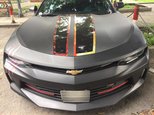 Chevrolet Camaro 2017 xuất hiện trên phố Sài thành với ngoại thất đen nhám cá tính - Ảnh 1.