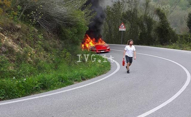 Ferrari F40 của nhà sưu tập bị cháy rụi khi đang trên đường tụ tập cùng LaFerrari Aperta - Ảnh 2.