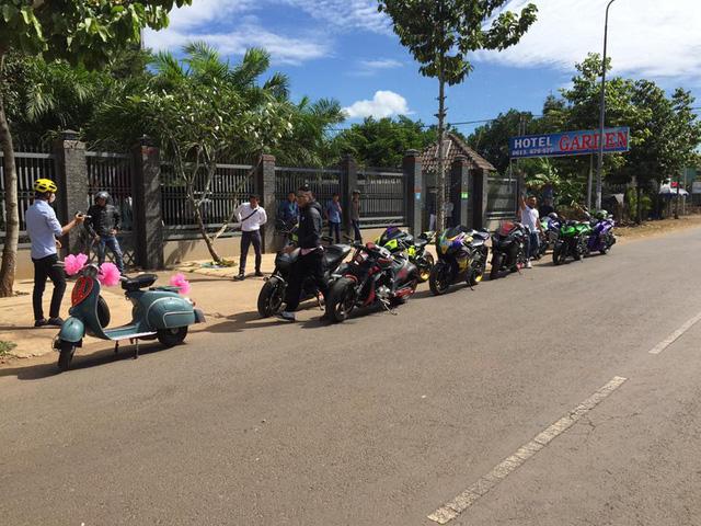 Vespa cổ cùng 15 chiếc mô tô khủng rước dâu tại Đồng Nai - Ảnh 2.